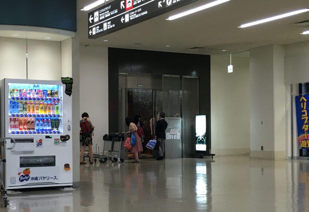 「ラウンジ華〜hana〜」入り口付近、混雑していた